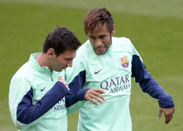 03.jan.2014 - Neymar e Messi conversam durante treino do Barcelona