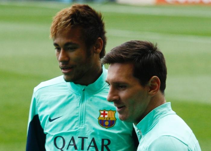 03.jan.2014 - Neymar e Messi observam os mais de 13 mil fãs que compareceram ao treino no Miniestadi, em Barcelona