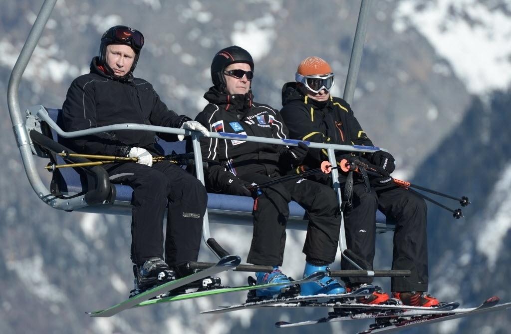 03.jan.2014 - Presidente da Rússia, Vladimir Putin, e o primeiro-ministro Dmitry Medvedev esquiam e inspecionam instalações das Olimpíadas de Inverno