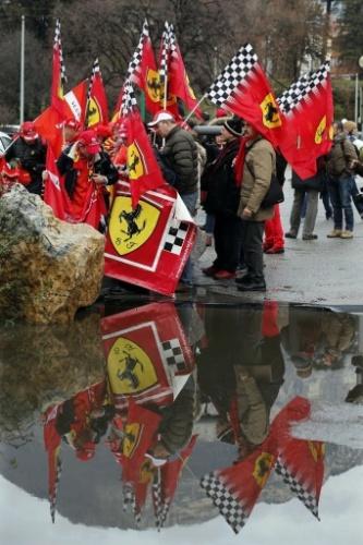 3. jan. 2014 - Em frente ao hospital de Grenoble, fãs se aglomeram para lembrar os 45 anos de Schumacher completados nesta sexta-feira