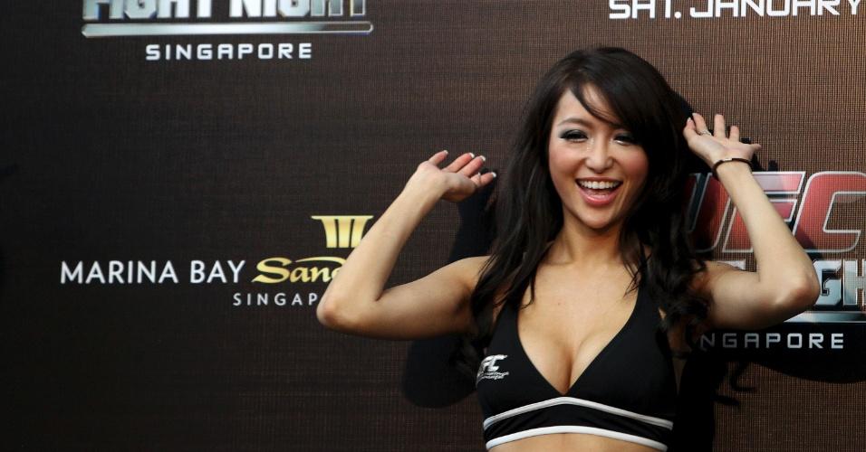 Ex-Miss Universo pelo Japão, Azusa Nishigaki posa durante a pesagem do UFC de Cingapura, na estreia do evento no país asiático. O card deste sábado tem o brasileiro Besouro, ex-TUF entre os destaques