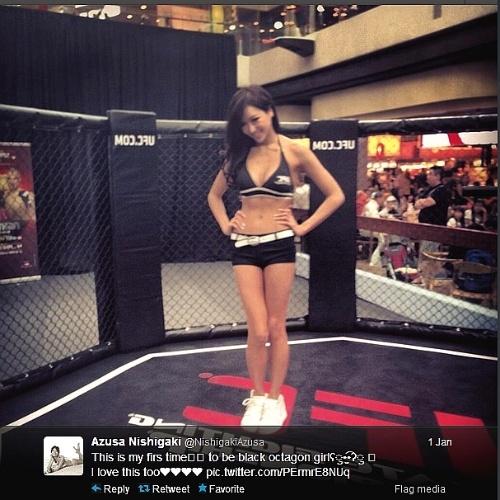 Ex-Miss Universo pelo Japão, Azusa Nishigaki posa durante evento do UFC de Cingapura, na estreia do evento no país asiático. O card deste sábado tem o brasileiro Besouro, ex-TUF entre os destaques