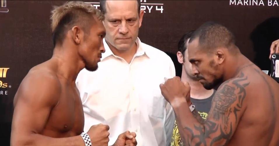 Ex-TUF, brasileiro Besouro faz cara de mal para o rival Kiichi Kunimoto na pesagem do UFC de Cingapura, que acontece neste sábado