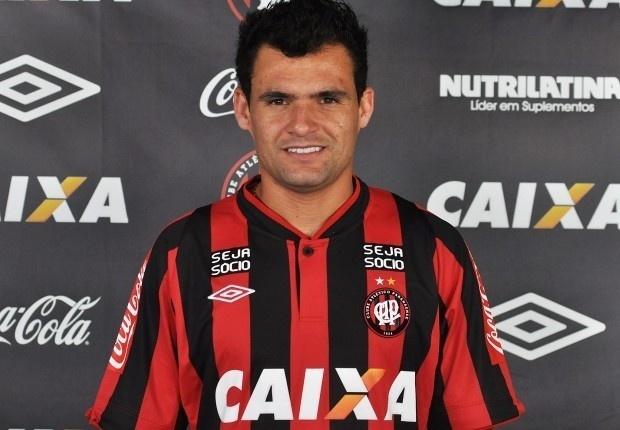 O volante Paulinho Dias deixou a Chapecoense e acertou com o Atlético-PR