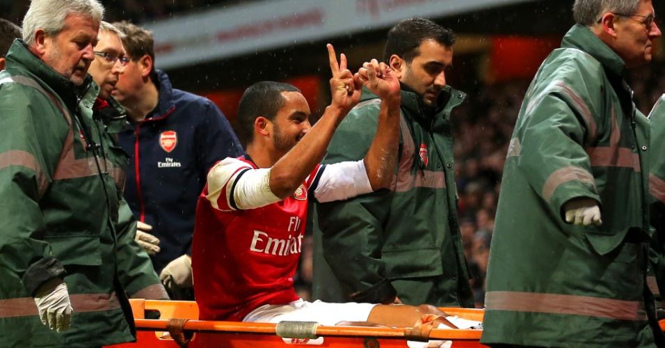 04.jan.2014 - Walcott, do Arsenal, provoca torcida do Tottenham fazendo sinal de 2 a 0, resultado do clássico londrino deste sábado