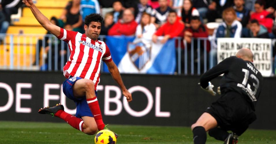4.jan.2014 - Diego Costa tenta a finalização durante partida contra o Málaga; brasileiro passou em branco na vitória de sua equipe
