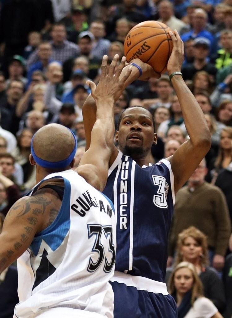 Kevin Durant tenta o arremesso para três pontos durante partida entre Oklahoma City Thunder e Minnesota Timberwolves