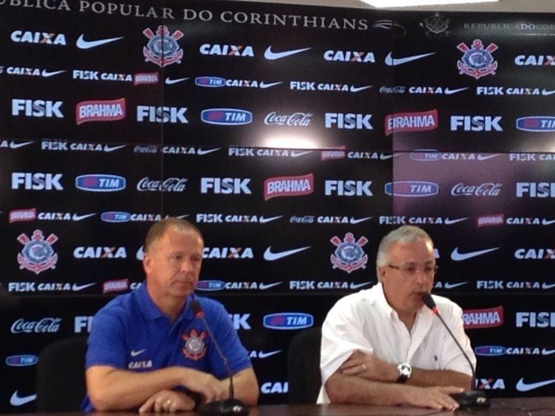06.jan.2013 - Diretor de futebol do Corinthians, Roberto de Andrade, apresenta Mano Menezes como novo treinador do clube