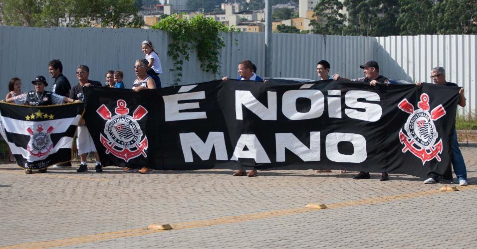 06.jan.2013 - Torcedores vão ao CT do Corinthians para recepcionar o técnico Mano Menezes, que será apresentado nesta segunda-feira (06/01)
