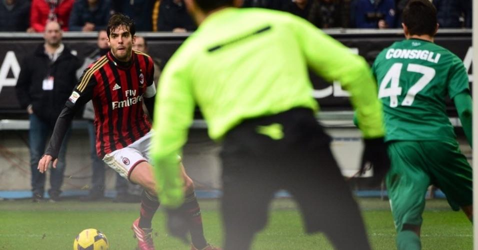 06.jan.2014 - Kaká se prepara para finalizar e marcar na partida entre Milan e Atalanta. O brasileiro marcou seu centésimo gol pela equipe do Milan na partida
