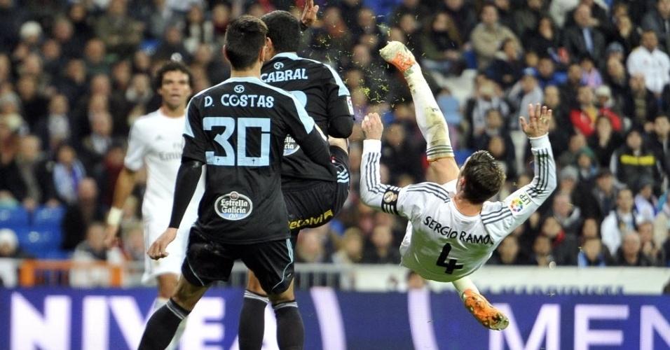 06.jan.2014 - Sergio Ramos tenta dar uma bicicleta dentro da área na partida entre Real Madrid e Celta, no estádio Santiago Bernabéu