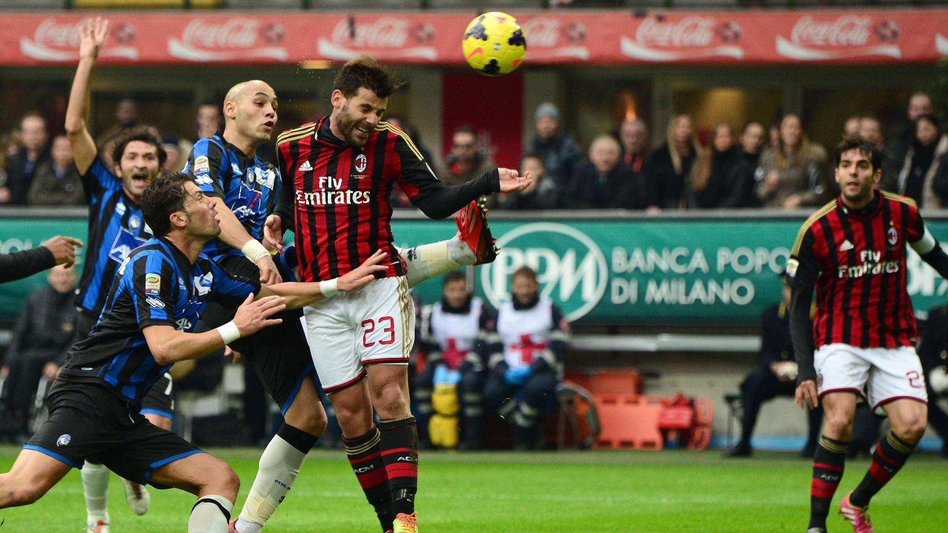 6.jan.2014 - Antonio Nocerino cabeceia a bola enquanto é observado de perto pelos jogadores do Atalanta
