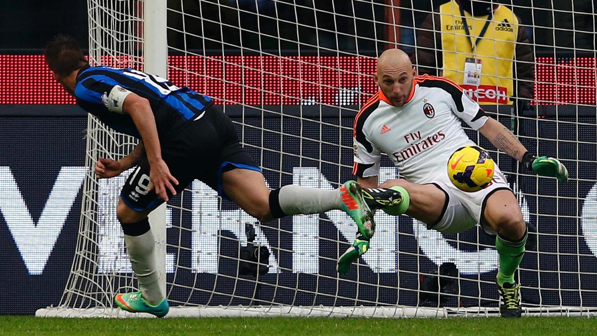 6.jan.2014 - Goleiro Abbiati, do Milan, faz defesa após chute do atacante Denis, do Atalanta