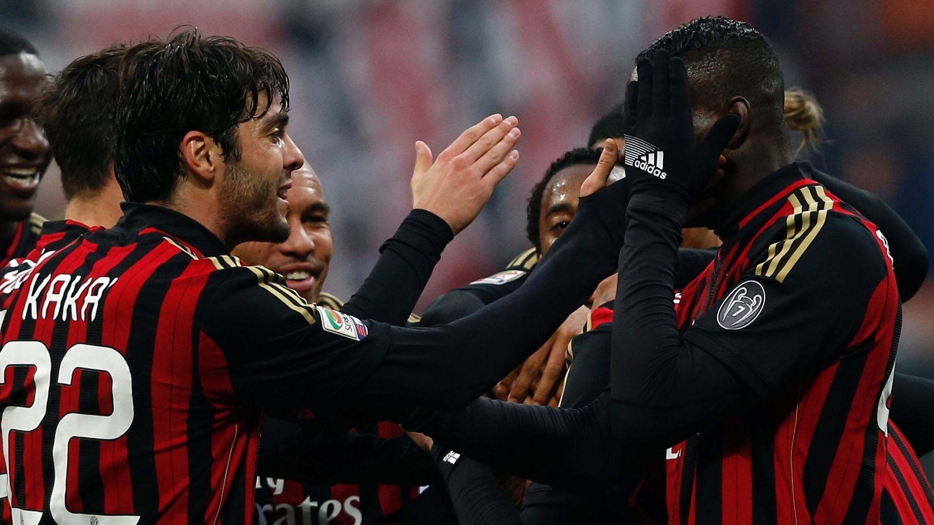 6.jan.2014 - Kaká comemora com Balotelli após marcar o terceiro gol do Milan sobre a Atalanta no San Siro