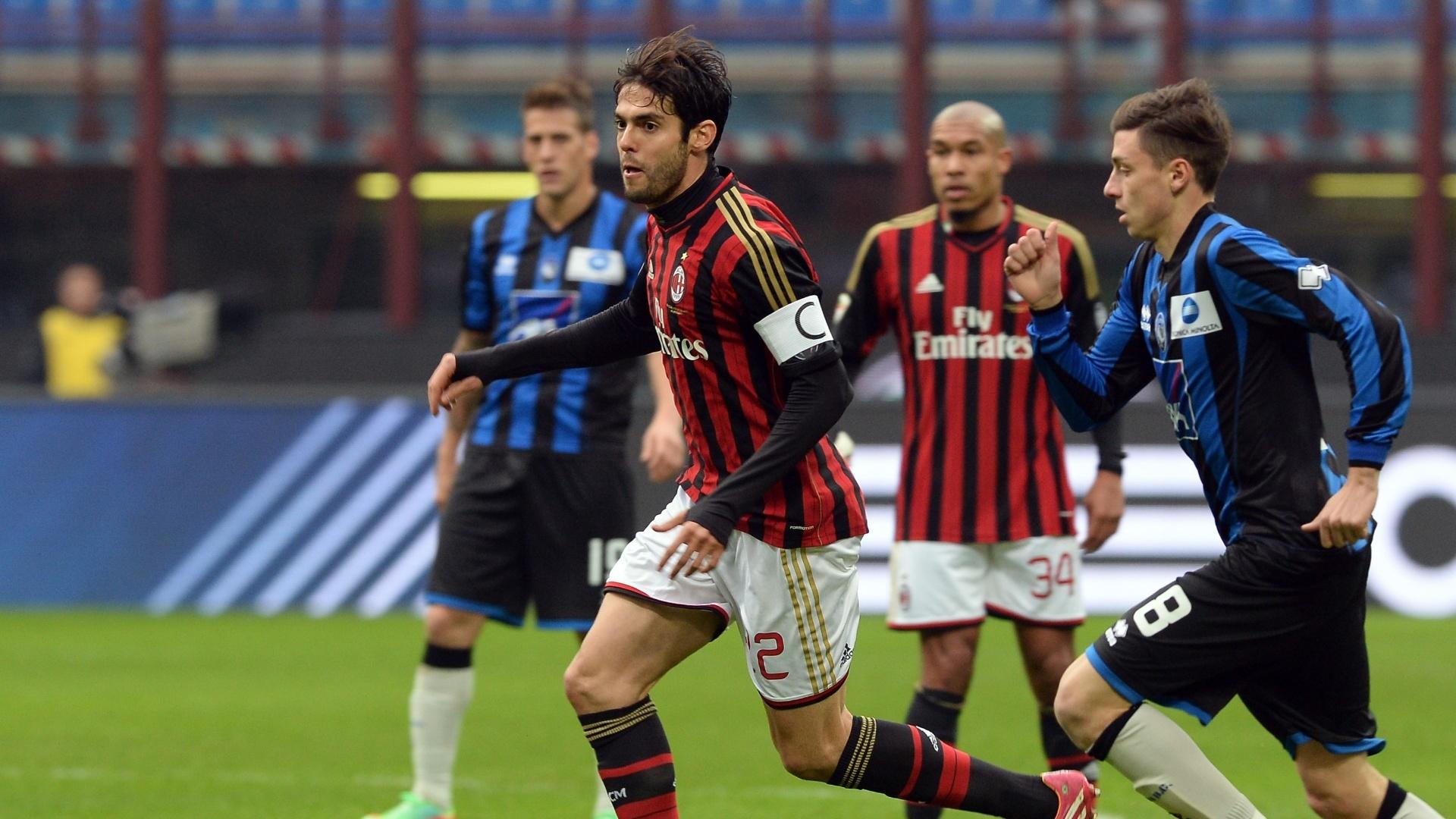 6.jan.2014 - Kaká conduz a bola enquanto é marcado de perto por jogador do Atalanta em partida válida pelo Campeonato Italiano
