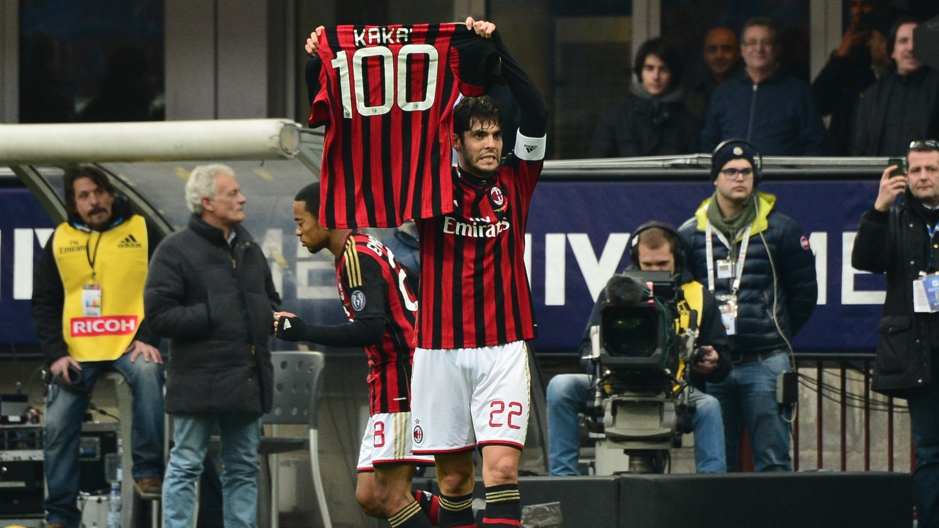 6.jan.2014 - Kaká exibe camisa comemorativa após marcar seu centésimo gol pelo Milan contra o Atalanta