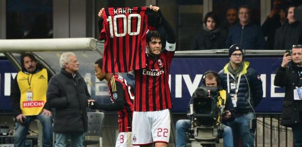 Kaká exibe camisa comemorativa após marcar seu centésimo gol pelo Milan contra o Atalanta