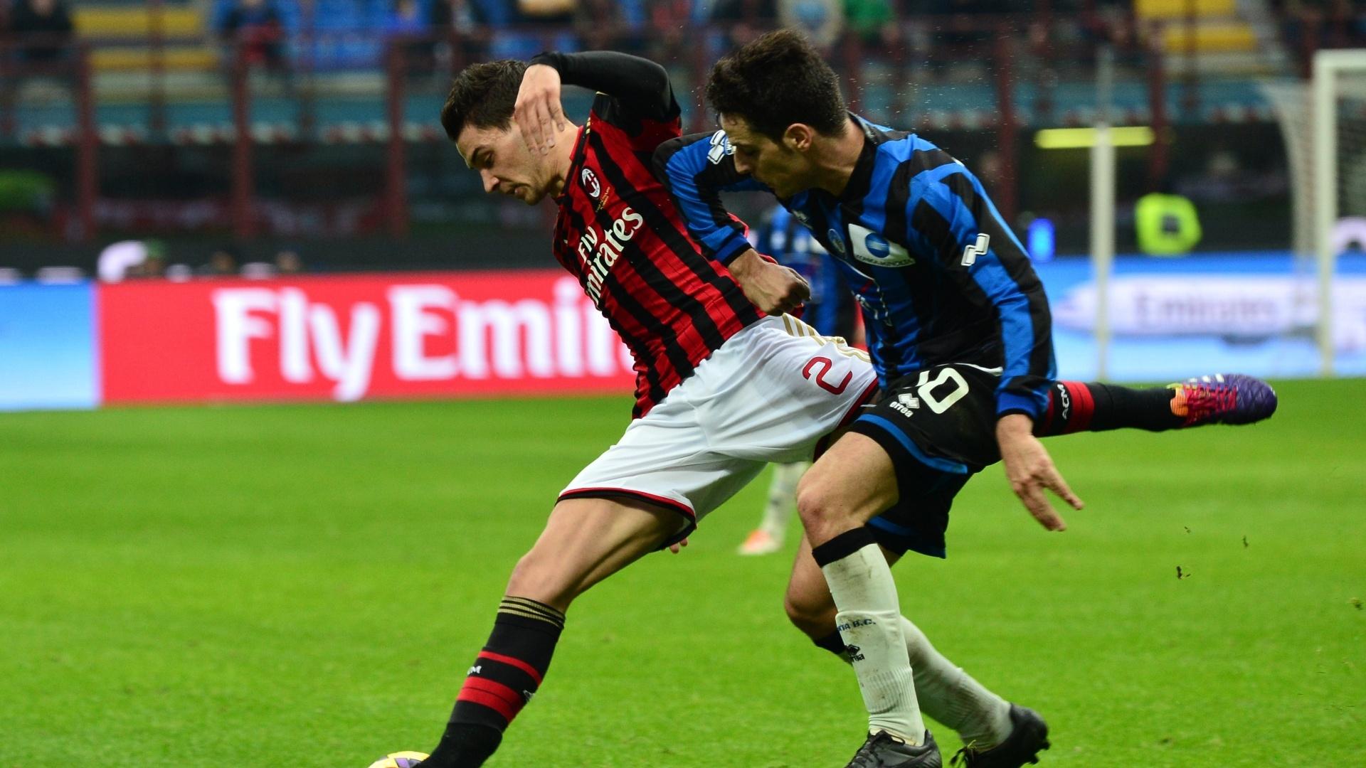 6.jan.2014 - Lateral do Milan, Mattia De Sciglio briga pela bola com o meia Giacomo Bonaventura, do Atalanta