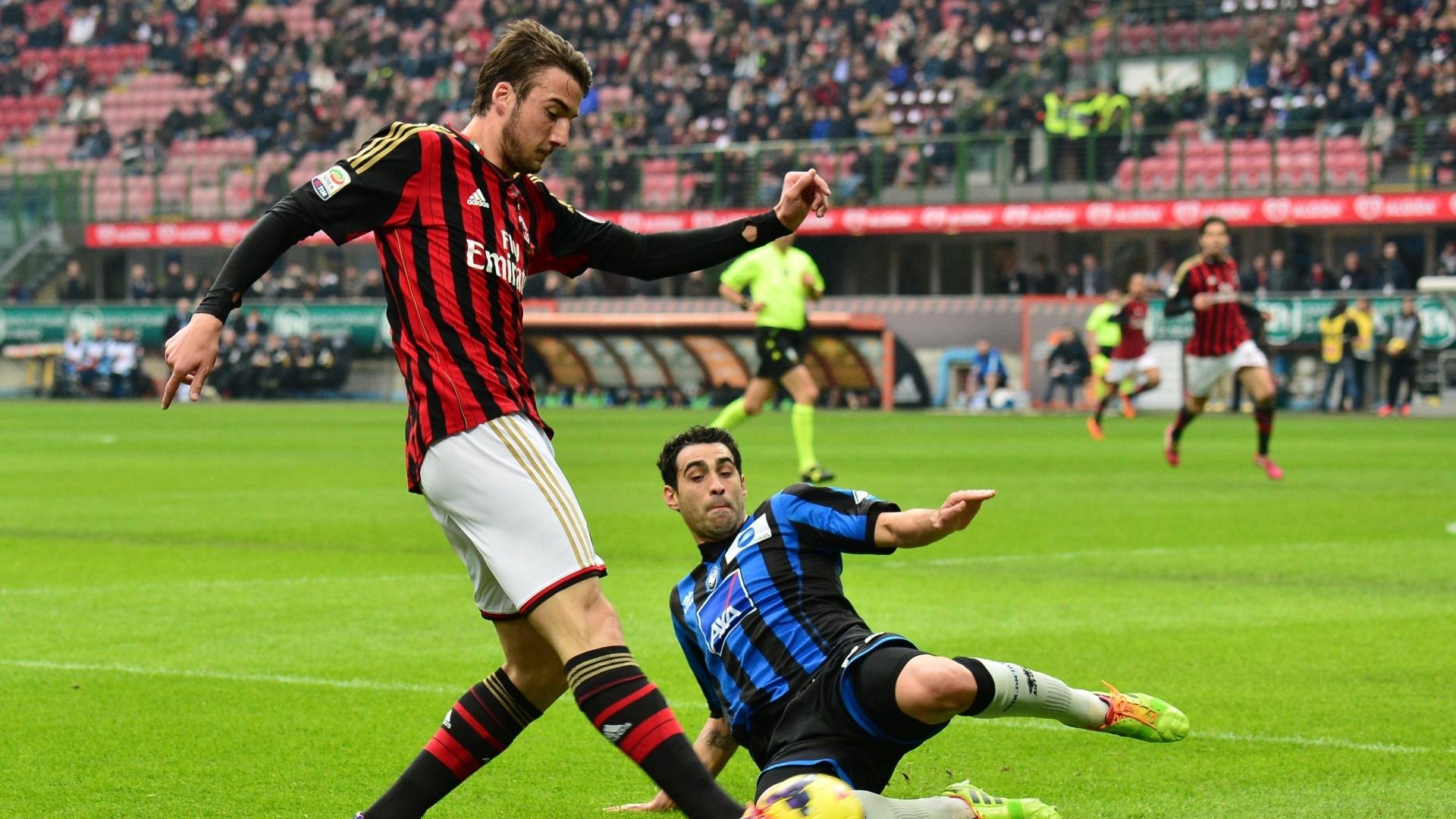 6.jan.2014 - Meia do Milan, Cristante Bryan tenta passar pela marcação de Davide Brivio, do Atalanta