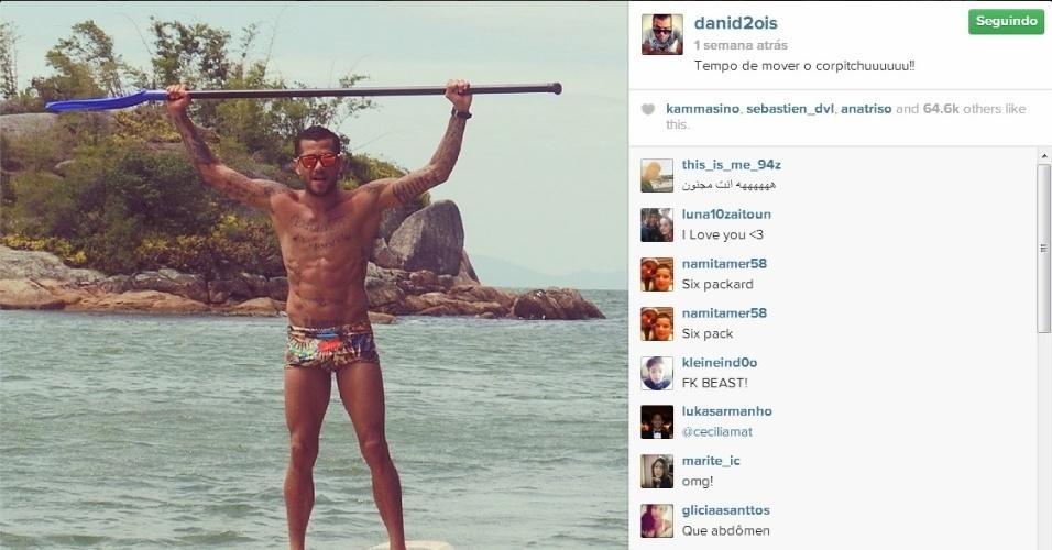 Daniel Alves exibiu a boa forma ao praticar stand up paddle no Brasil
