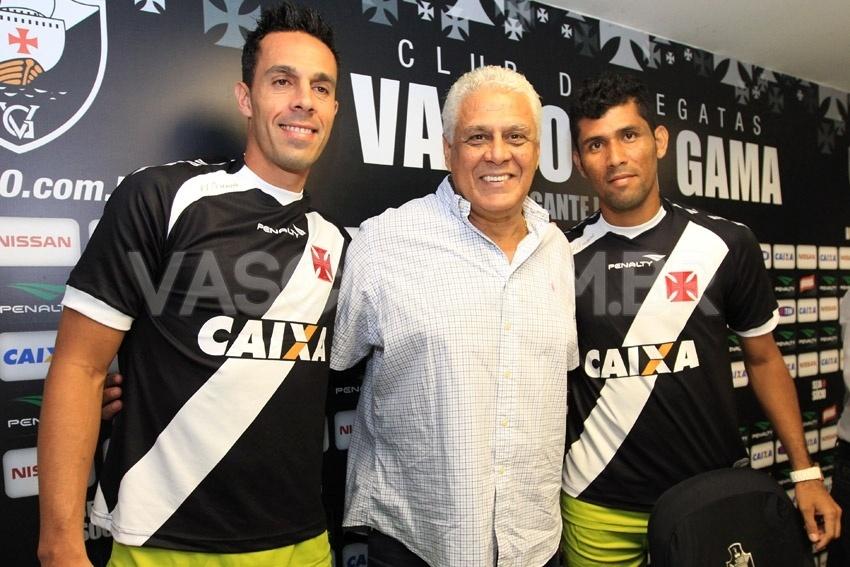 07. jan. 2014 - Roberto Dinamite apresenta laterais André Rocha e Marlon antes de entrevista em São Januário