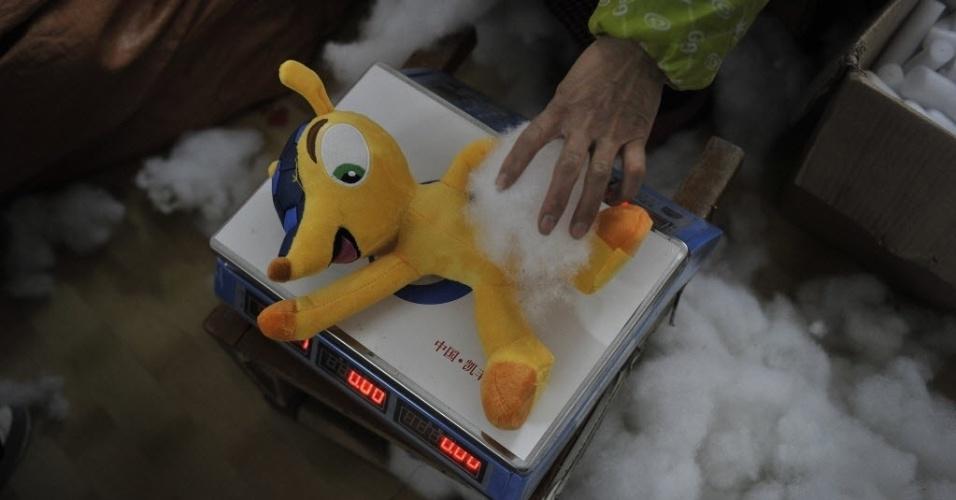 07.jan.2014 - Boneco do mascote Fuleco é preenchido com algodão; fábrica chinesa investiu na fabricação do personagem oficial da Copa no Brasil