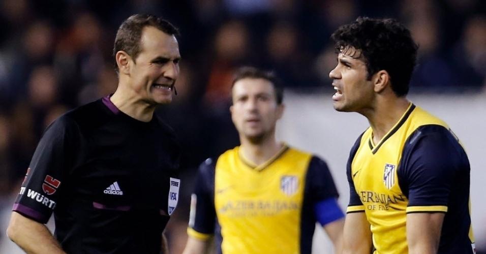07.jan.2014 - Diego Costa discute com o árbitro na partida entre Atlético de Madri e Valencia pela Copa do Rei