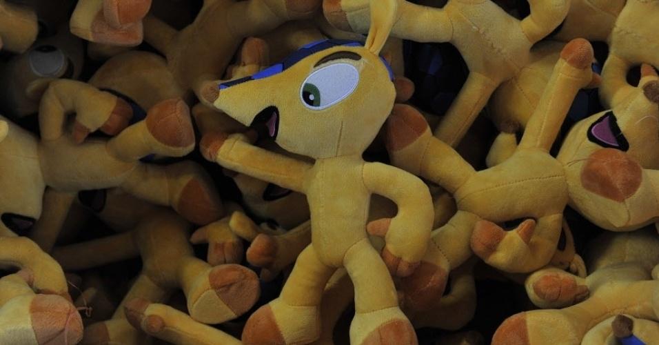 07.jan.2014 - Fábrica chinesa investiu na fabricação de diversos bonecos do mascote Fuleco, o tatu-bola que virou personagem oficial da Copa do Mundo do Brasil