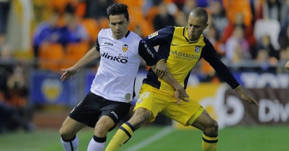 07.jan.2014 - Zagueiro brasileiro Miranda, do Atlético de Madri, divide a bola com Helder Postiga, do Valencia, pela Copa do Rei
