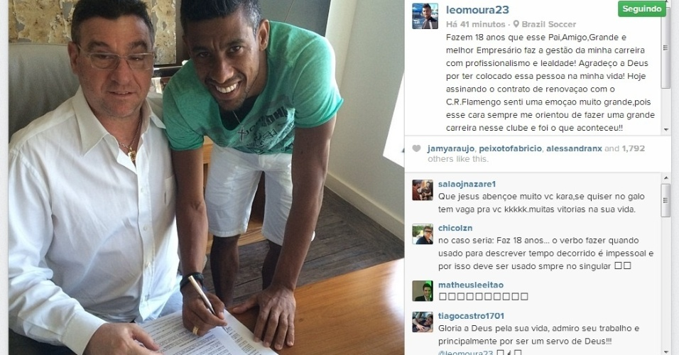 Léo Moura (d) postou no Instagram uma foto no momento em que assina seu novo contrato com o Flamengo, ao lado do empresário Eduardo Uram (e)
