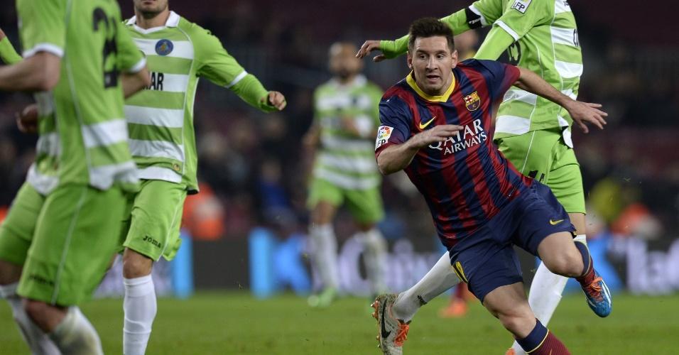 08.jan.2014 - Lionel Messi tenta arrancada durante jogo contra o Getafe pela Copa do Rei