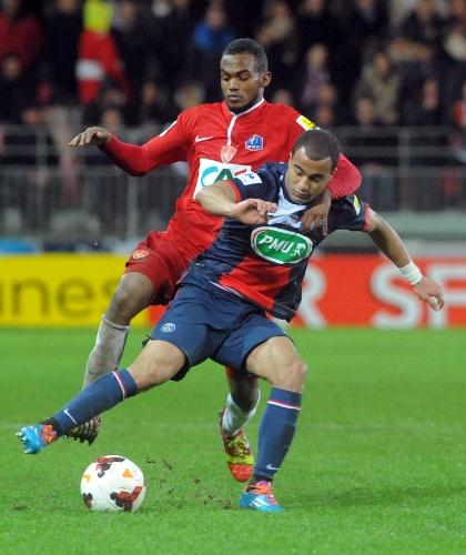 08.jan.2014 - Meia Lucas, do PSG, tenta escapar da marcação de meia do Brest durante jogo da Copa da França