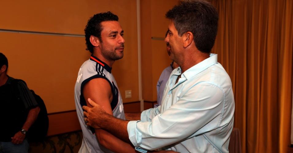 8.jan.2014 - Renato Gaúcho (esq.) e Fred se cumprimentam na reapresentação do Fluminense