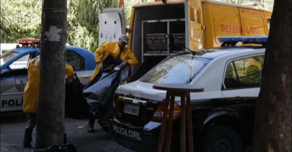 Policiais atendem ocorrência de crime em favela no Rio