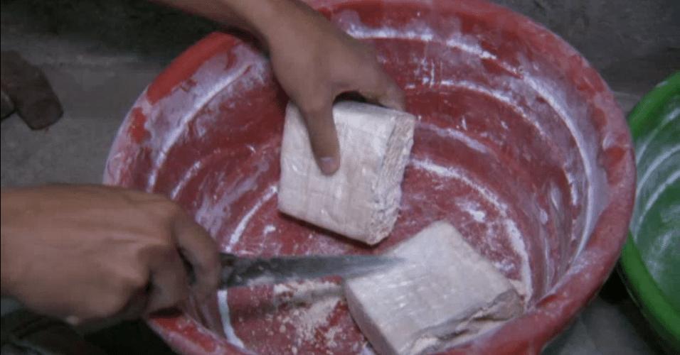 Traficante corta tablete de cocaína no Rio de Janeiro