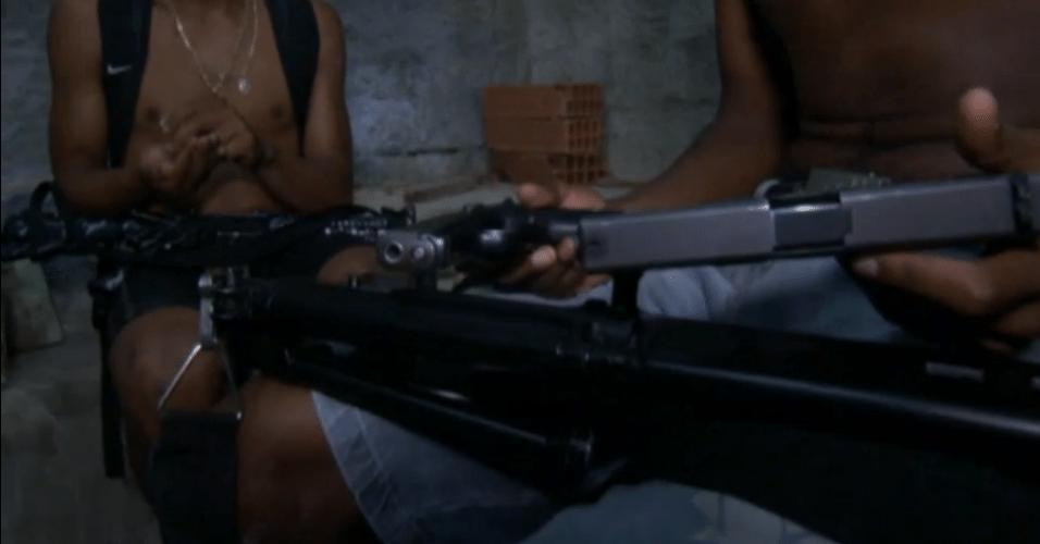 Traficantes com armas durante preparação de cocaína