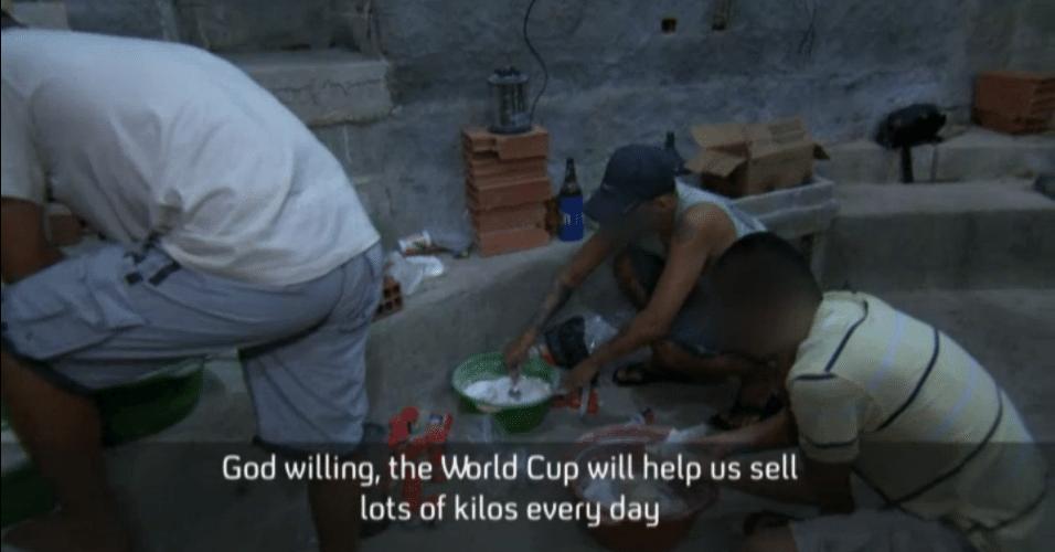 Traficantes preparam cocaína para ser vendida no Rio de Janeiro