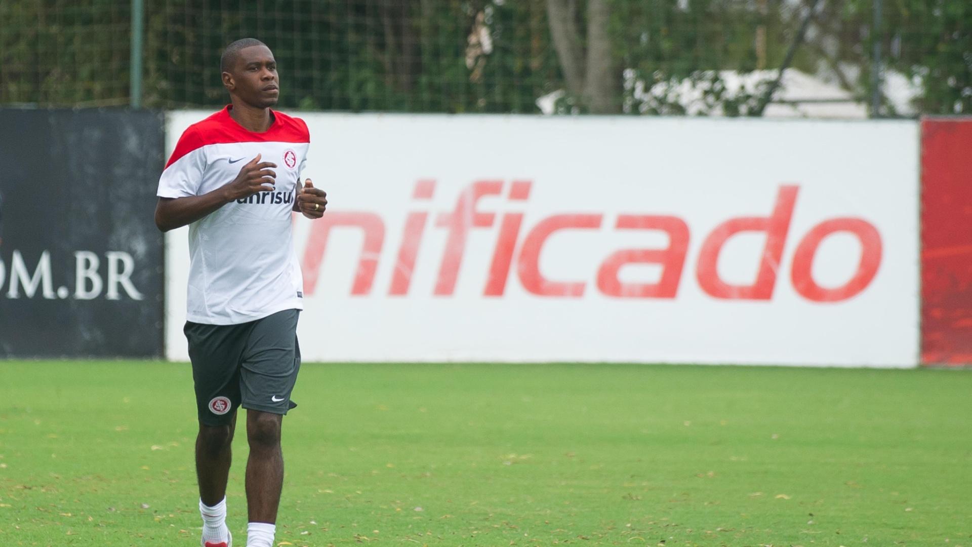 08/01/2014 - Zagueiro Juan corre no primeiro dia de treinos do Internacional no ano