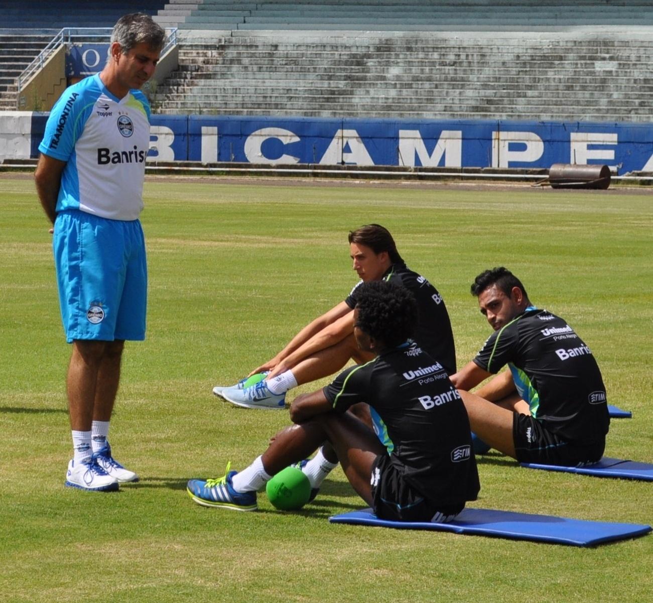 09 jan 2014 - Fábio Mahseredjian conversa com Zé Roberto em treinamento do Grêmio