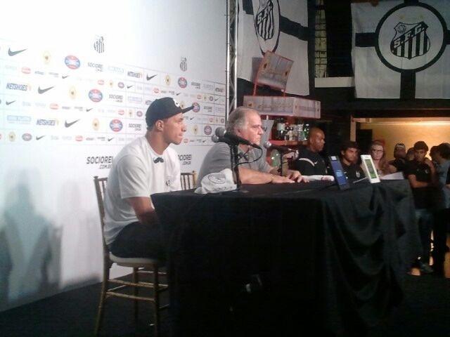 09.jan.2013 - Damião concede entrevista coletiva de apresentação no Santos