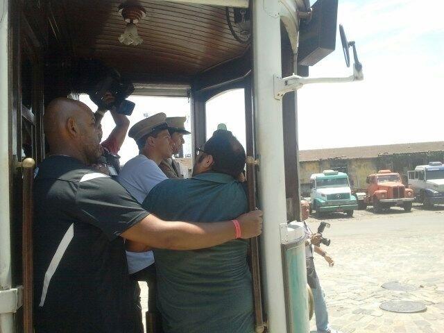 09.jan.2013 - Leandro Damião chegou de bonde ao local da coletiva de apresentação no Santos, em um antigo depósito de café da cidade