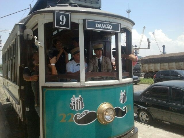 09.jan.2013 - Leandro Damião dirige bonde no evento da sua apresentação ao Santos em antigo depósito de café da cidade