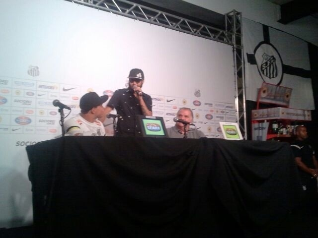 09.jan.2013 - Rapper Emicida faz a primeira pergunta na coletiva de apresentação do centroavante Leandro Damião ao Santos