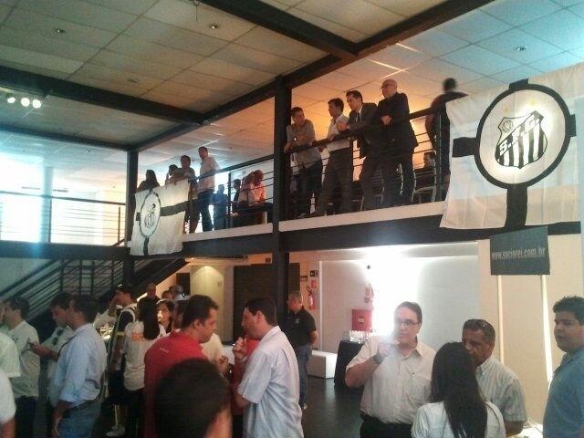 09.jan.2013 - Um antigo depósito de café de Santos é o palco da apresentação do atacante Leandro Damião ao Santos
