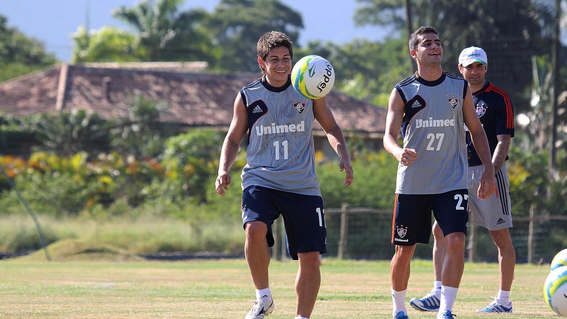9.jan.2014 - Conca (e) brinca com a bola durante treino do Fluminense em Mangaratiba