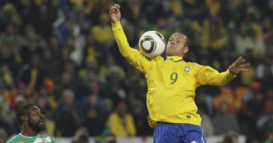 Luís Fabiano fez um golaço no Soccer City contra a Costa do Marfim, o segundo na vitória por 3 a 1. No entanto, o centroavante usou a mão em duas oportunidades para não deixar a bola escapar. O árbitro francês Stéphane Lannoy ignorou as reclamações africanas e validou o gol