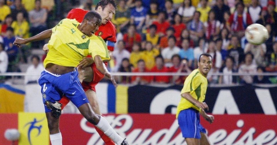 O juiz jamaicano Peter Prendargast livrou a cara do Brasil em um difícil duelo de oitavas com a Bélgica. Marc Wilmots ganhou de Roque Jr. no ar e anotou para os belgas, quando o placar apontava 0 a 0. Mas a arbitragem anulou o gol legal. Mais adiante, Rivaldo e Ronaldo classificaram a seleção