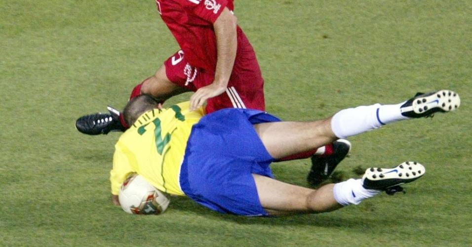 O Brasil estreou na Ásia com uma polêmica vitória sobre a Turquia. Já no fim, Luizão foi derrubado fora da área por Alpay Ozalan, mas o árbitro coreano Kim Young Joo assinalou pênalti, posteriormente convertido por Ronaldo