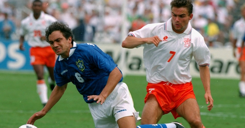 BRASIL x HOLANDA, 1994 - Branco teve uma das melhores atuações da carreira em Dallas contra a Holanda, pelas quartas de final. Antes de marcar o gol da classificação de falta, o lateral cavou a infração numa disputa com Marc Overmars, quando acertou um tapa no holandês e depois se atirou no gramado