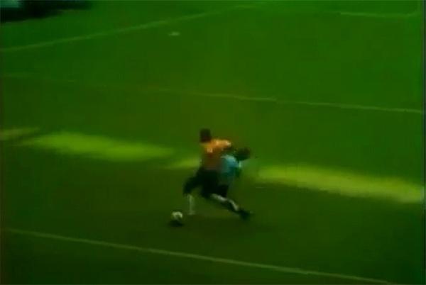 BRASIL x URUGUAI, 1970 - Pelé não produziu em campo apenas maravilhas. A face perversa do Rei veio à tona em algumas oportunidades, inclusive em Copas. na semifinal de 1970 contra o Uruguai, cansado de apanhar, o ídolo deixou a bola correr e esperou o momento certo para acertar uma cotovelada em Matosas sem chamar muito atenção. O árbitro José Ortiz de Mendibil não viu ou não teve coragem de expulsar a lenda da camisa 10